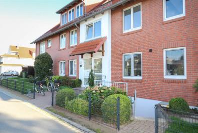 Helle Wohnung über zwei Ebenen. Mit Süd-Balkon, EBK, Tiefgaragenplatz und Pkw-Stellplatz!