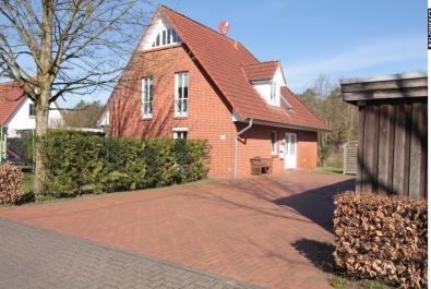 TOP-Anlage: Vermietetes 2-Familien-Haus mit Doppelcarport und großem Garten