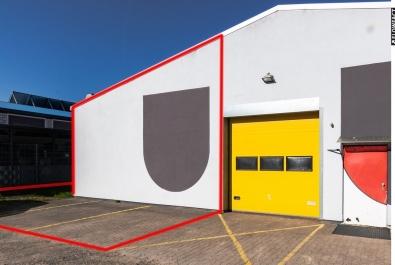 Lager- oder Produktionshalle mit Stellplätzen und Außenfläche