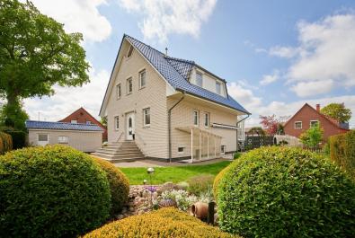 Attraktives Einfamilienhaus zentral in Lilienthal mit Einliegerwohnung und zwei Garagen
