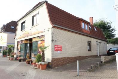 Wohn- und Geschäftshaus mit ruhigem Garten. Das Dachgeschoss wurde 1997 komplett neu ausgebaut.