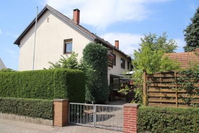 Gepflegte Haushälfte mit großem Garten! Mit Garage, Teilkeller und Nebengebäude.