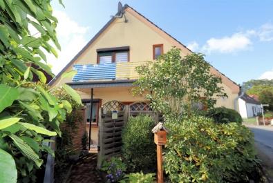 Kleine DHH im Ortskern. Mit Einbauküche, Gartenhaus und Gäste-WC!