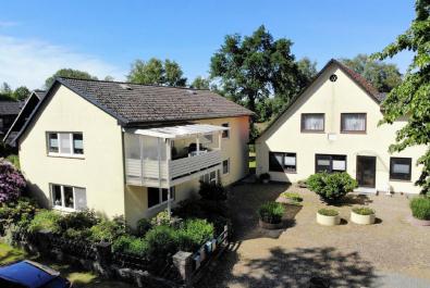 Zwei Zweifamilienhäuser, Ausbaupotential und ein Baugrundstück!