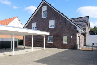Neuwertige Wohnung über zwei Ebenen. Beste Qualität, mit Carport und Einbauküche!